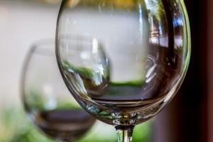 coppia calici di vino rosso