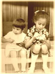 Vacanze nel Chianti delle due sorelle bambine che mangiano il gelato sulla scala di ingresso di Chianti Best House
