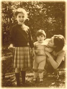 Vacanze nel Chianti delle due sorelle bambine nel giardino di Chianti Best House